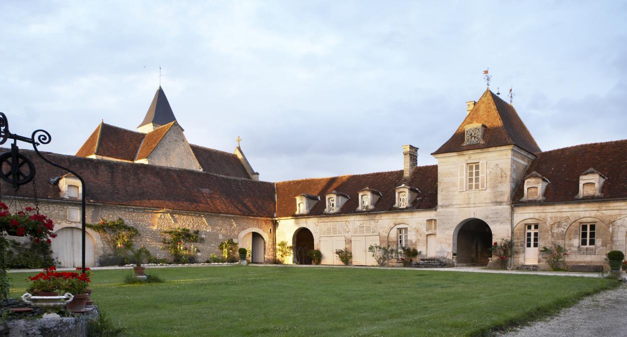 Château de Béru, Bourgogne, courtyard ©ChâteaudeBéru