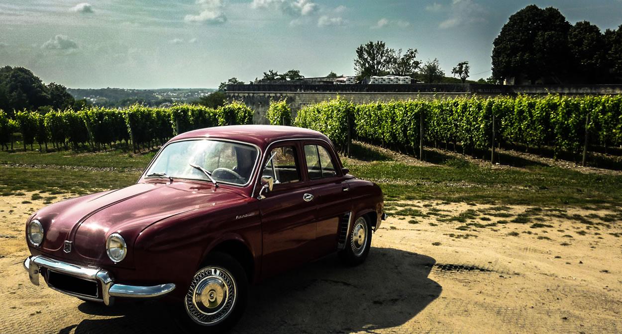 Voyagez en voiture ancienne avec l'agence de voyage en véhicule d'époque Rétro Émotion © Rétro Emotion