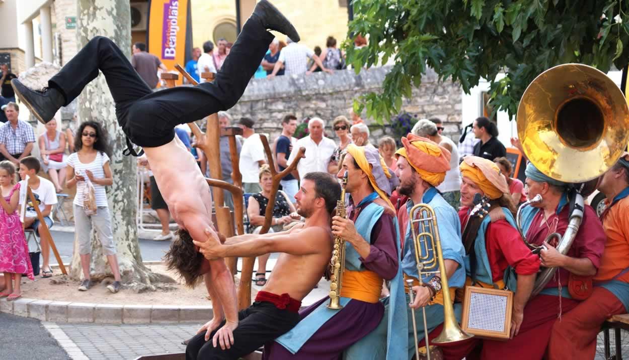 Spectacle La Tit'Fanfare Cirkus, Rosé, Nuits d'Eté ©Office de Tourisme du Beaujolais des Pierres Dorées – « Droits réservés »