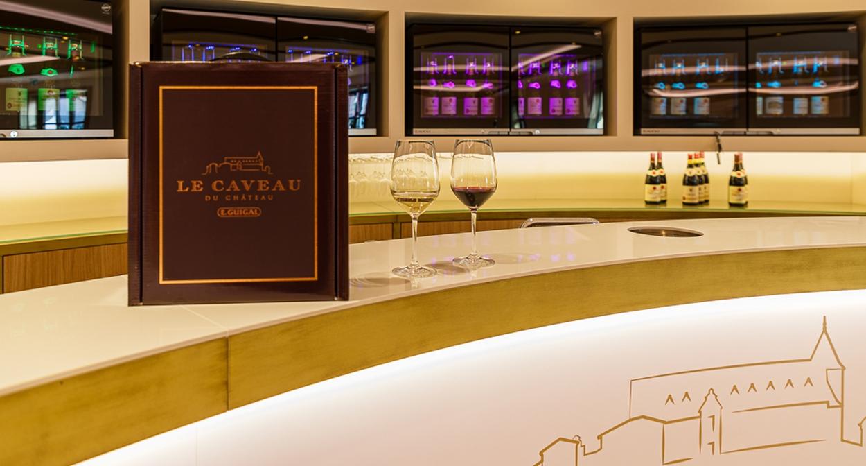 Le comptoir de dégustation des appellations © Chalaye photographie pour Le Caveau du Château
