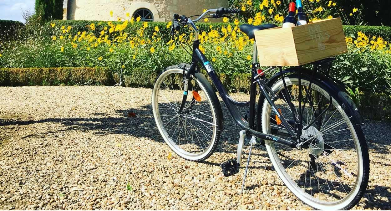 Balade à bicyclette dans le domaine ©Château de Reignac