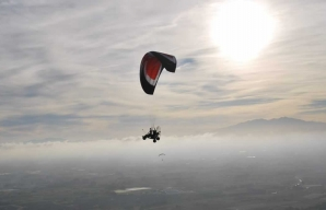Enjoy a flight in a paramotor © Canigou Airlines