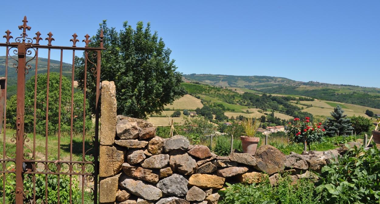 Vue du village médiéval de Ternand, Géosite du Beaujolais © Géoparc Beaujolais