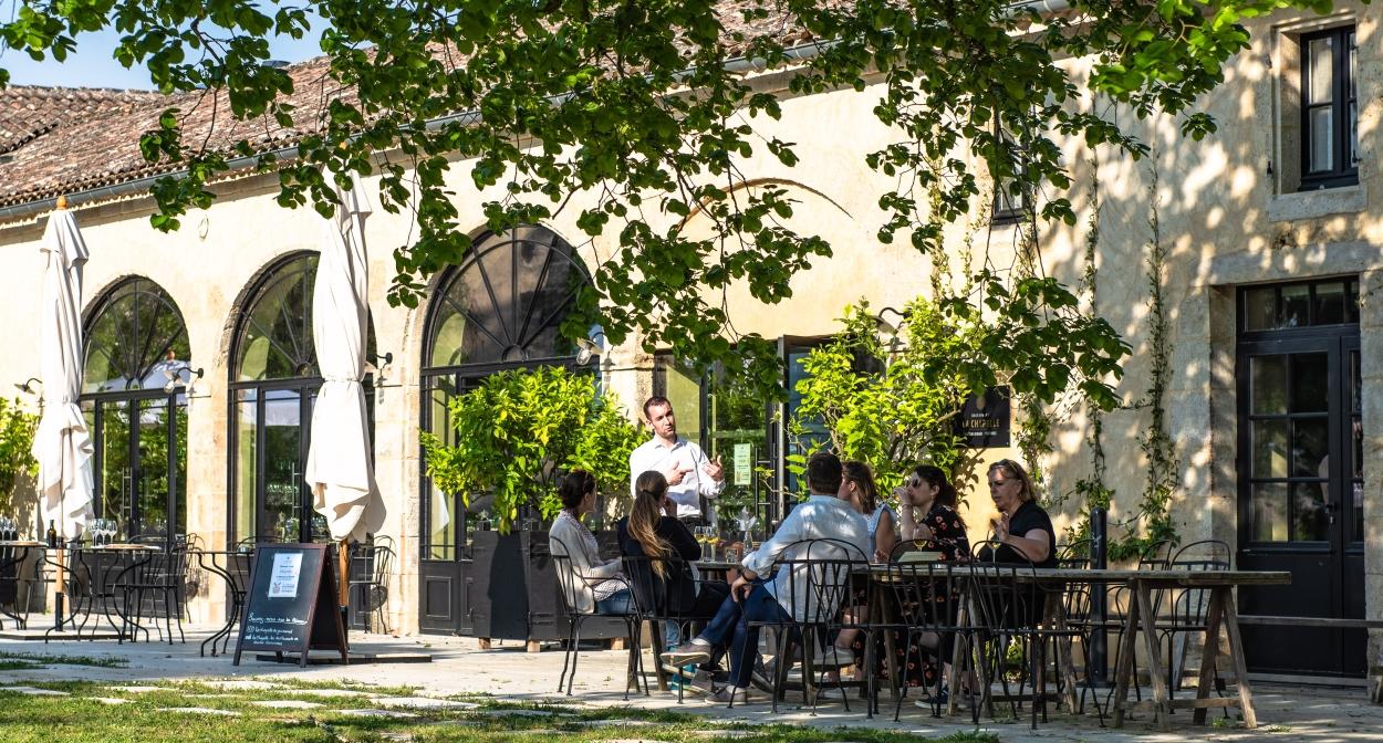 Savourez un verre en terrasse dans le vignoble de Bordeaux ©Frédéric Nau