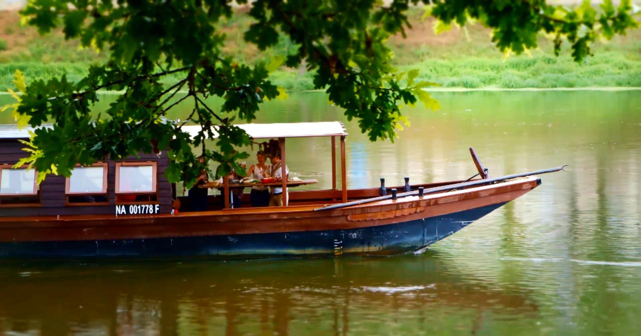 Flat-bottomed boat in the Loire Valley ©Atout France